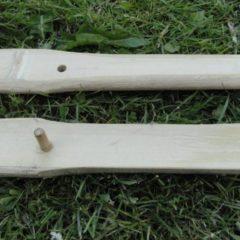 De takedown constructie bestaat uit twee houten pennetjes, twee gaatjes en een touwtje.
